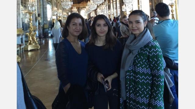 Gulbahar con le figlie Gulnigar (al centro) e Gulhumar (a destra) nel castello di Versailles nel 2015
