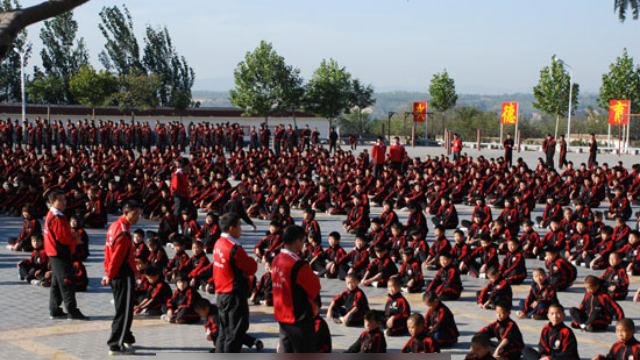 Studenti presso una scuola di arti marziali Shaolin.