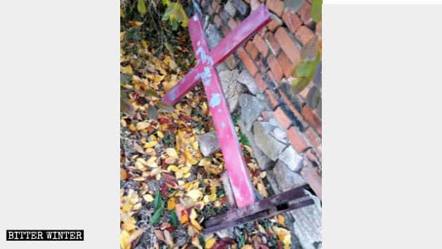 La croce è stata tolta dal luogo di incontro della chiesa delle Tre Autonomie