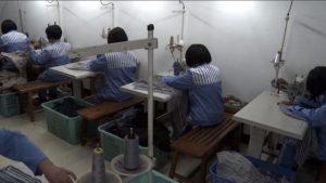 I prigionieri stanno facendo vestiti