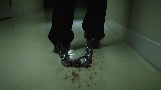 Donne torturate: camminando con le manette a piedi