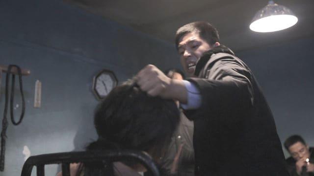 La polizia usa la violenza durante l'interrogatorio