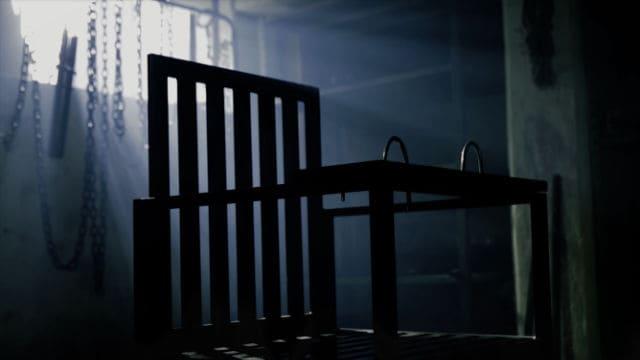 Sedia e strumento di tortura in una stanza per gli interrogatori segreta.