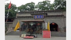 La bandiera nazionale è stata innalzata di fronte al Tempio Baiyun