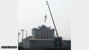 La croce è stata rimossa dalla chiesa delle Tre Autonomie del villaggio di Shuaizhuang, municipalità di Daxinzhuang, nella città di Xinxiang