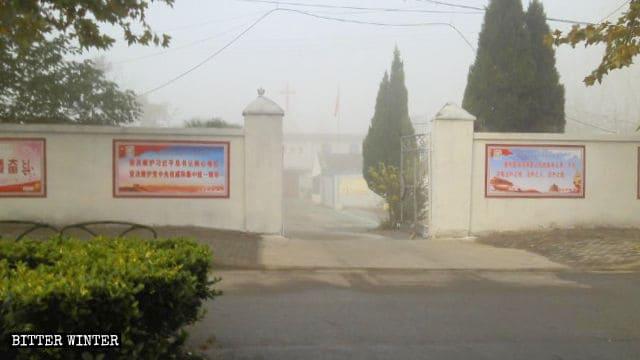 Proclami politici del Partito esposti su entrambi i lati dell'ingresso di una chiesa nella città di Huaibei