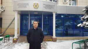Serikzhan Bilash fuori dal tribunale (fotografia fornita dal volontario/giornalista Qiao Na di RFA)