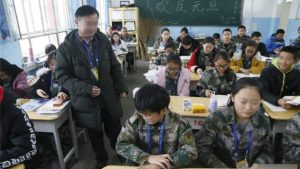 Un insegnante in missione nello Xinjiang al lavoro in classe