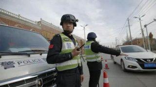 La polizia verifica i documenti d'identità