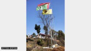 Le bandiere di fronte al Tempio delle Fate