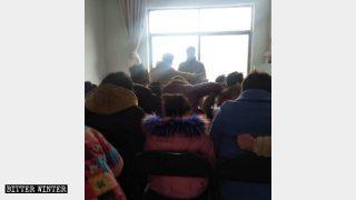 I fedeli organizzano un incontro in un luogo di riunione della Chiesa domestica nel sotto-distretto Xincheng