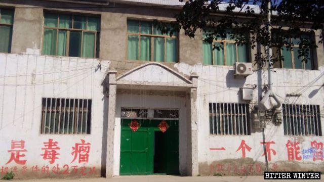 La chiesa centrale del borgo di Wolong è stata chiusa e ora entrambi i lati dell'ingresso campeggiano slogan del PCC