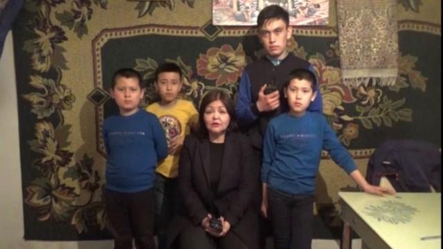 """L'avvocato Umarova con alcuni bambini """"orfani"""""""