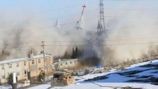 La distruzione della Golden Lampstand Church, fotografia tratta da un video realizzato dai fedeli