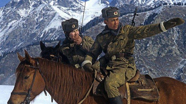 Guardie cinesi al confine con il Kazakistan