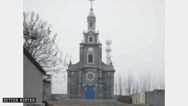 L'ingresso della chiesa di Dechao è stato bloccato e anche la sovrastante nicchia in cui era posta una statua del santo è stata coperta