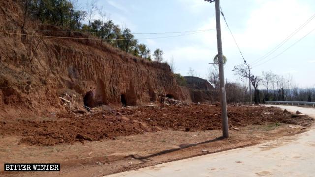 Quasi 100 funzionari e agenti di polizia hanno preso parte alla demolizione della chiesa nel borgo di Xianglushan