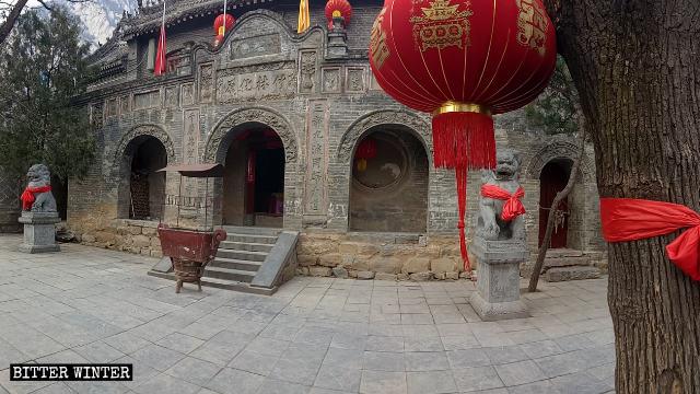 L'ingresso principale del tempio Lianhua, prima della chiusura