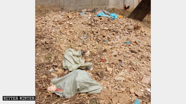 Le statue religiose che si trovavano nel tempio Lianhua sono state distrutte e sotterrate