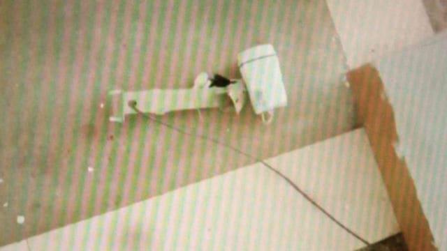 La telecamera di sorveglianza posta al primo piano viene abbattuta e gettata sul pavimento