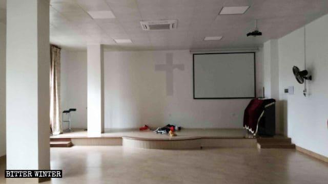 Il podio e alcuni tavoli e sedie sono stati portati via dalla sala degli incontri; le croci sono state abbattute e distrutte