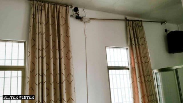 Il cavo di alimentazione della telecamera di sorveglianza del terzo piano è stato reciso