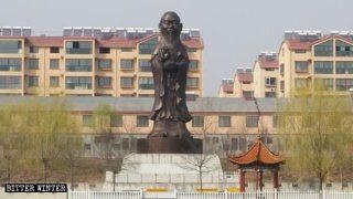 La statua ibrida con il corpo della Guanyin e la testa di Confucio