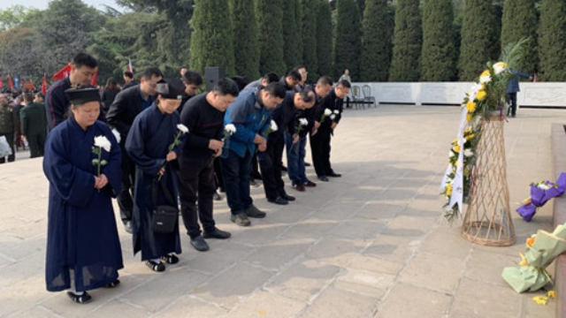 Durante le celebrazioni del Giorno della Pulizia delle Tombe ci si inchina di fronte ai martiri rivoluzionari