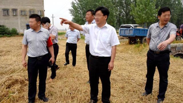 Funzionari governativi conducono un'ispezione in una contea dell'Henan