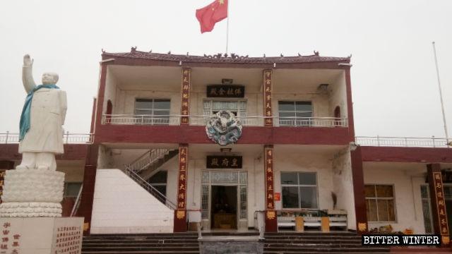 La statua di Mao Zedong fuori dal tempio