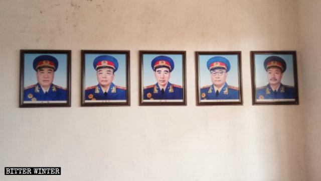 """Le foto dei """"dieci marescialli della Cina"""" appese su entrambi i lati del muro"""
