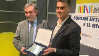 Al Salone del Libro di Torino, Marco Respinti (Bitter Winter) riceve il premio per la stampa