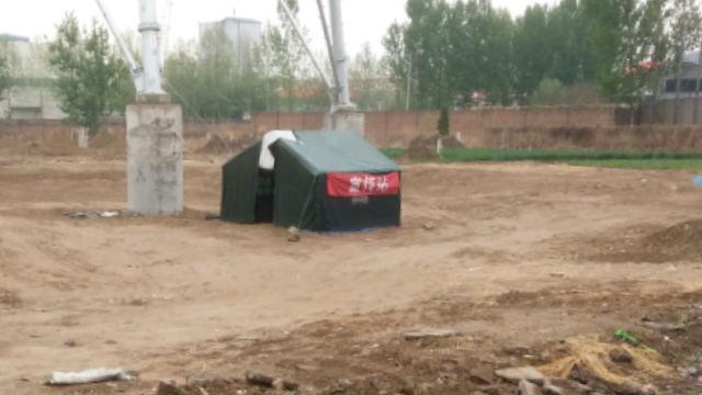 L'amministrazione locale ha inviato del personale a predisporre un posto di blocco vicino alla tomba del vescovo Fan e a sorvegliare la zona