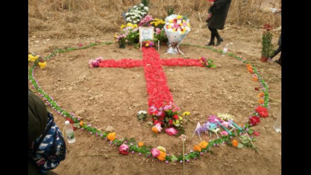 I fedeli hanno creato una croce con i fiori, per rendere omaggio al vescovo Fan, nel 2018