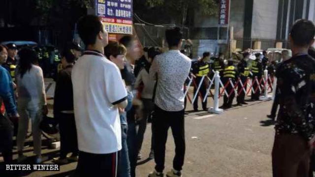 La polizia ha disposto un posto di blocco all'ingresso e ha fermato i fedeli all'esterno