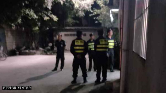 Agenti di polizia di guardia all'ingresso della chiesa