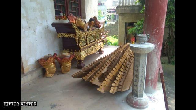 Le teste delle statue della Guanyin che sono state distrutte sono state lasciate a terra