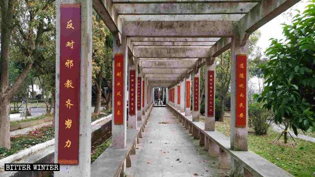 Uno degli slogan nel parco recita «Lavorare insieme e duramente contro gli xie jiao»