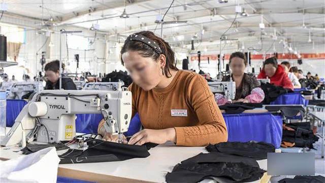 Donne uiguri che lavorano in una fabbrica gestita dal governo