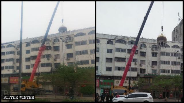Una gru smantella una struttura islamica rotonda in cima a un edificio