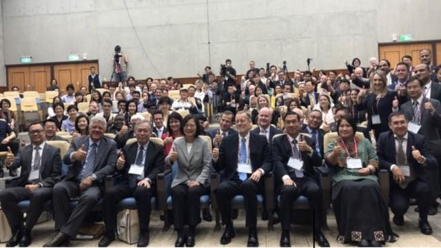 Il presidente, signora Tsai, e i partecipanti al convegno