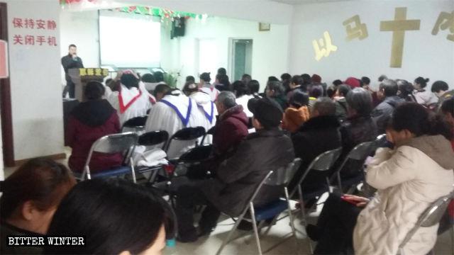 I fedeli della Chiesa di Xinwang durante un'assemblea
