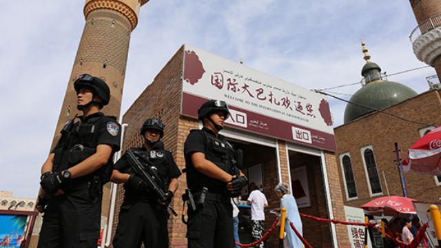 Polizia speciale in servizio in una strada dello Xinjiang