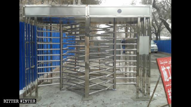 Tornelli parzialmente montati in un complesso residenziale