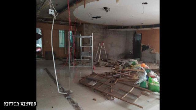 Il soffitto e le altre parti di una sala sono stati danneggiati al punto di renderla irriconoscibile