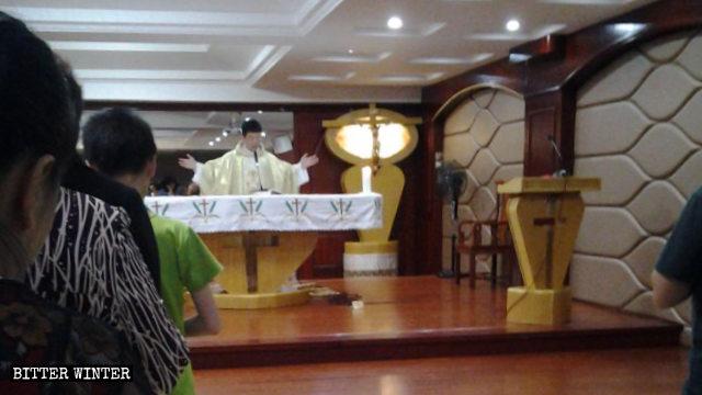 Il sacerdote stava celebrando la messa quando il personale del comitato di quartiere è entrato nella chiesa