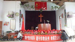 La bandiera cinese appesa sulla croce nella chiesa di Xinzhuang
