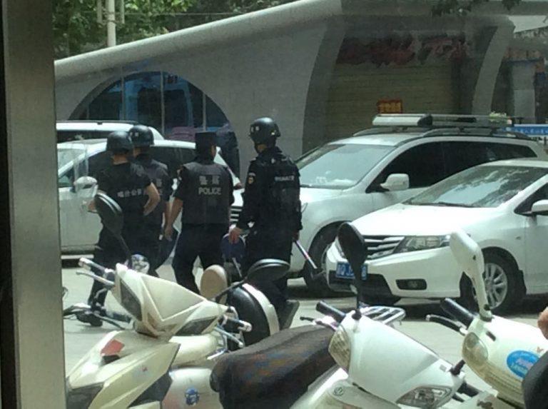 La polizia pattuglia le strade di Urumqi