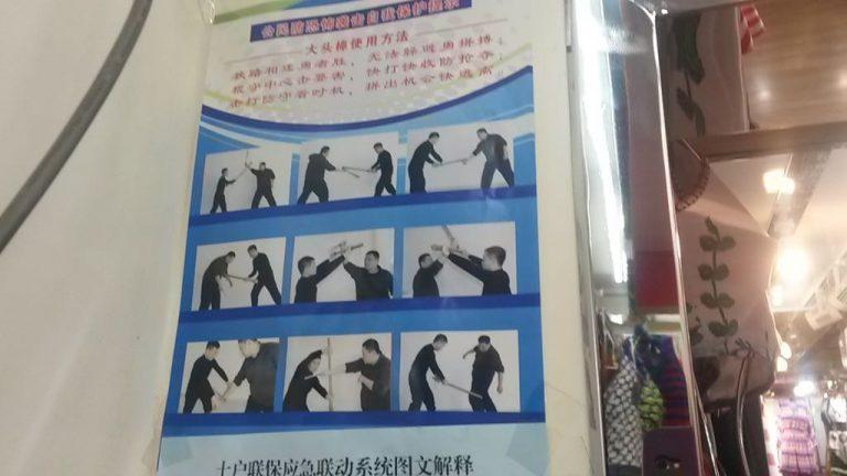 Un negozio di costumi da bagno a Urumqi espone i consigli di autodifesa per il negoziante. Tutti devono stare in allerta