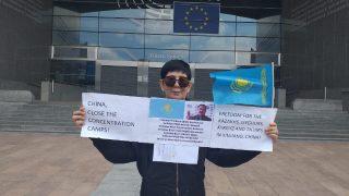 Mono-flashmob di una donna kazaka davanti al Parlamento Europeo per la libertà e la giustizia del suo popolo